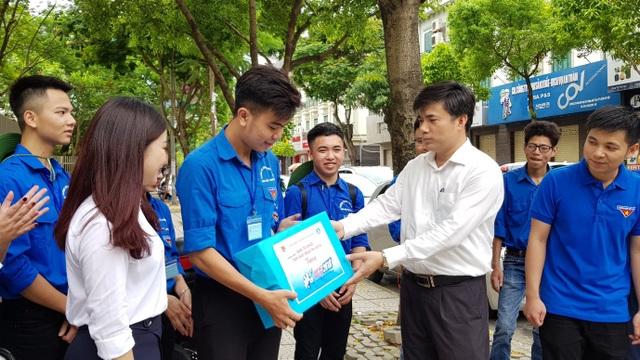Ông Bùi Văn Linh, Phó Vụ trưởng Vụ Giáo dục Chính trị và Công tác HSSV, Bộ GD&ĐT đã đến hỏi thăm và động viên các sinh viên tình nguyện.