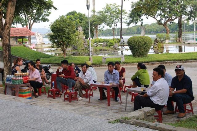 Sau khi đưa con đi thi, các phụ huynh ngồi chờ phía ngoài trường từ sáng sớm. (Ảnh: Bạch Châu)