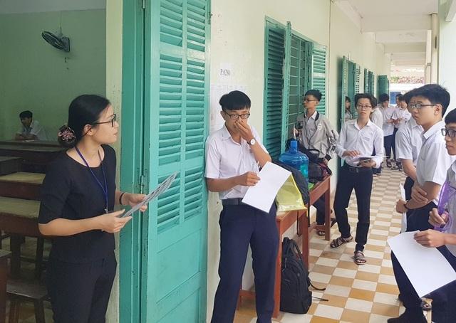 Giám thị tại trường THPT Nguyễn Văn Trỗi (TP Nha Trang, Khánh Hòa) gọi thí sinh vào phòng thi môn Ngữ Văn (Ảnh: Viết Hảo)