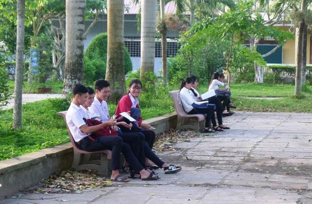 Đa phần các thí sinh đến điểm thi sớm để tranh thủ kiểm tra lại giấy tờ và ôn bài trước khi vào phòng thi. (Ảnh: Nguyễn Hành)