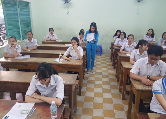Đa phần các thí sinh ở Nha Trang tỏ ra hồi hộp trước khi bước vào thi môn Ngữ Văn (Ảnh: Viết Hảo)