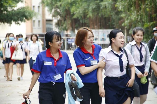 Tại điểm thi THPT Bình Tân, thí sinh Tất Ngọc My, học sinh trường An Lạc không may bị tai nạn trên đường đi thi môn Toán cũng được sinh viên tình nguyện ĐH Văn Hiến hỗ trợ.