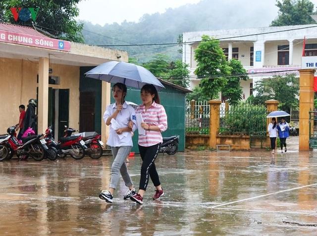 Thí sinh đội mưa lũ đi thi ở Điện Biên (Ảnh: Vov).