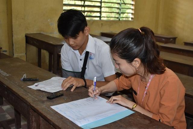 Do không viết bài thi được nên thí sinh Phạm Quốc Sơn được Hội đồng thi An Giang bố trí một cán bộ chép hộ bài thi môn Văn