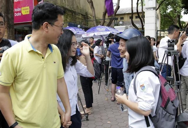 Tại điểm thi trường THPT Việt Đức (quận Hoàn Kiếm), phụ huynh chờ đợi khá đông ngoài cổng trường vừa để đón con, vừa để sớm biết tình hình làm bài của con mình.