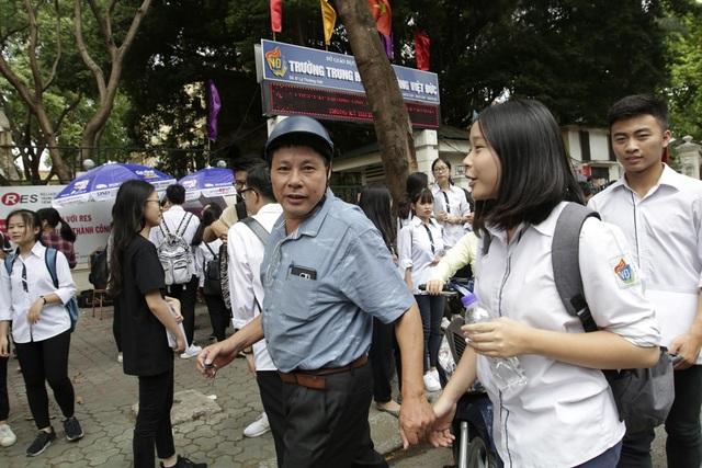 Hình ảnh dễ bắt gặt tại điểm thi trường THPT Việt Đức là bố mẹ nắm tay các con sau khi kết thúc môn thi.