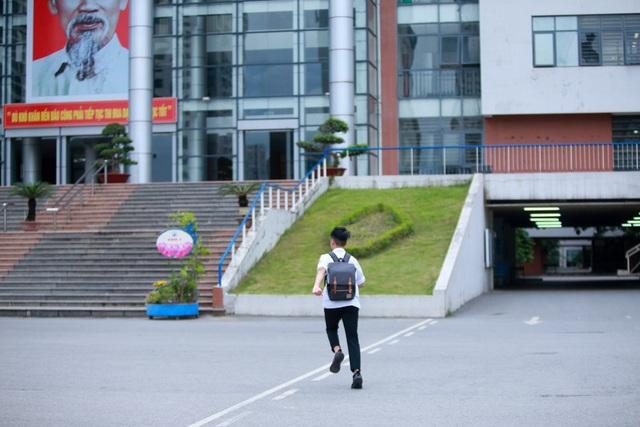 Một thí sinh vội vàng chạy vào phòng thi tại điểm thi Trường THPT Chuyên Hà Nội - Amsterdam. (Ảnh: Toàn Vũ)