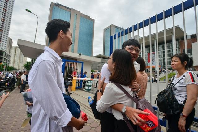 Phụ huynh ôm chúc con thi tốt tại điểm thi Trường THPT Chuyên Hà Nội - Amsterdam. (Ảnh: Toàn Vũ)