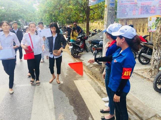 Đội hình phân luồng An toàn giao thông tại điểm thi Trường THPT Đông Hà