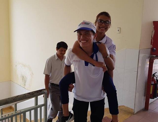 Em Y Nam bị viêm tủy xương được sinh viên tình nguyện cõng lên phòng thi