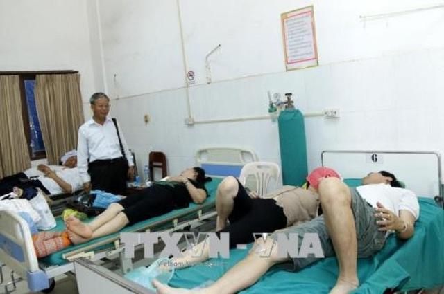 Những người Việt bị thương được đưa đi cấp cứu (ảnh: TTXVN)