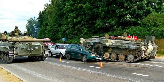 Chiếc xe thiết giáp mất lái đè lên một ô tô con gần thành phố Grodno của Belarus. (Ảnh: NewGrodno)