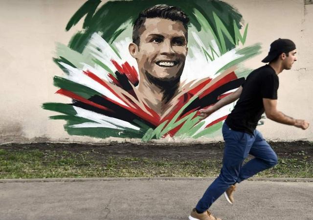 Một bức họa C.Ronaldo được vẽ trên tường ở Saransk