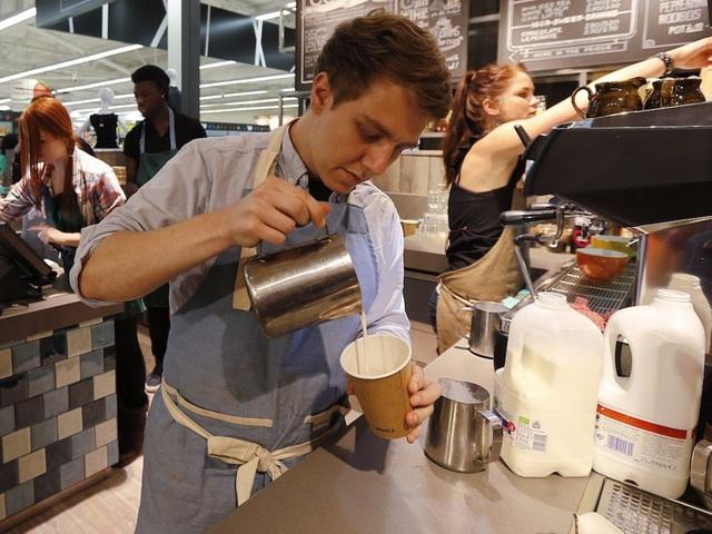 Chúng ta có một cách cà phê nóng và một ly sữa lạnh nhỏ vừa lấy khỏi tủ lạnh. Nhiệt độ trong phòng nằm trong khoảng giữa 2 mức nhiệt này. Liệu có nên thêm sữa vào cà phê để có được sự kết hợp giúp đồ uống mát nhất có thể: Ngay khi vừa lấy sữa ra khỏi tủ lạnh; đợi một lúc; hay đợi rất lâu?