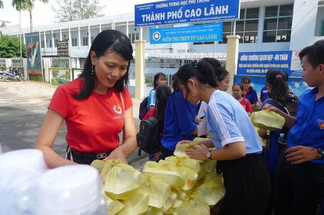 Trong 3 năm thực hiện chương trình phát cơm, nước uống cho sĩ tử, theo cô Minh Tâm đây là lần tổ chức qui mô nhất.