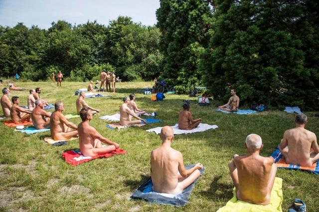 Những người tham gia lớp học yoga khỏa thân ngoài trời