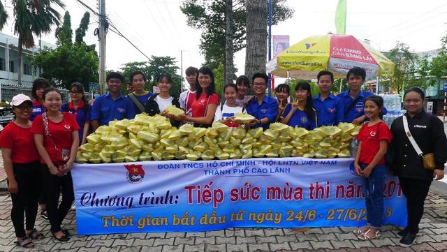Trong nhóm tiếp sức mùa thi của cô giáo Minh Tâm năm nay gồm các thành viên trong nhóm Nhất Tâm và có hàng chục học sinh trường THPT Thiên Hộ Dương và trường THPT TP Cao Lãnh cùng tham gia.