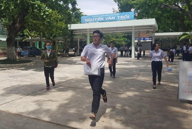 Thí sinh Nha Trang (Khánh Hòa) ra về sau tổ hợp KHTN vào trưa 26/6 (Ảnh: Viết Hảo)