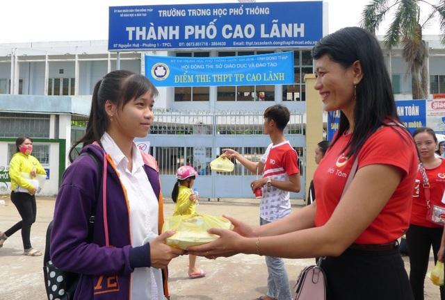 Cô giáo Minh Tâm trao suất cơm đến các sĩ tử tham gia thi ở điểm thi trường THPT TP Cao Lãnh