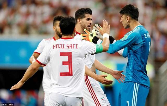Ezatolahi chia sẻ niềm vui với Beiranvand sau khi thủ môn này cản phá quả 11m của Ronaldo