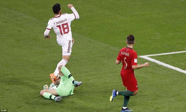 Tình huống va chạm với Alireza Jahanbakhsh khiến thủ môn Patricio chấn thương