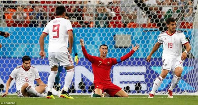 ... khi C.Ronaldo ngã trong vòng cấm và Bồ Đào Nha được hưởng phạt đền ở phút 53