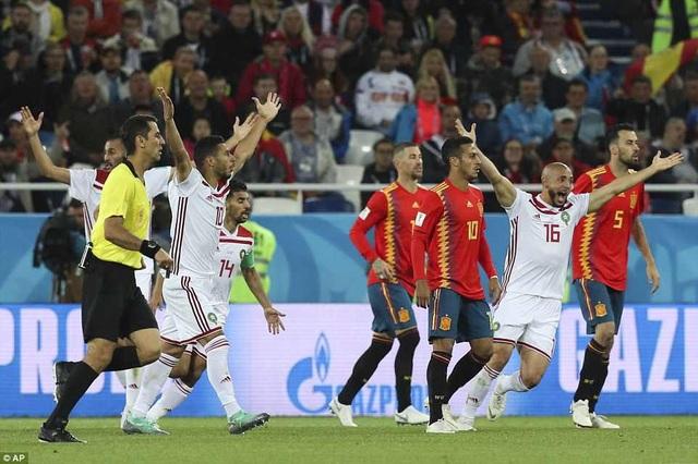 Trong trận đấu này, cầu thủ Ma rốc nhiều lần phàn nàn trọng tài khi bóng liên tục chạm tay cầu thủ Tây Ban Nha