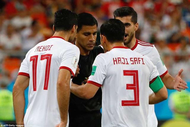 Cầu thủ Iran phản ứng trọng tài...