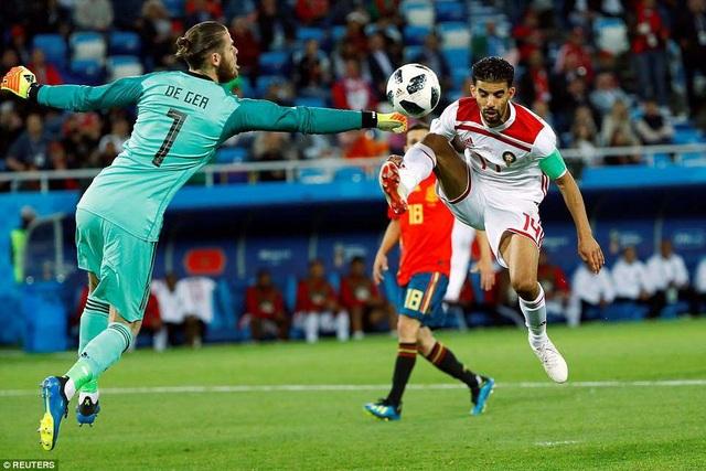 Đây là trận đấu De Gea chơi đầy cố gắng, anh truy cản tình huống xâm nhập của đội trưởng Mbark Boussoufa bên phía Ma rốc