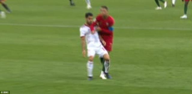 Tình huống C.Ronaldo đánh cùi chỏ nhằm vào Morteza Pouraliganji