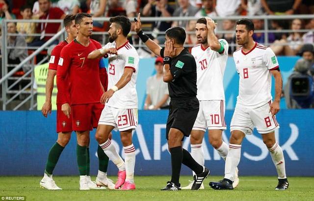 Cầu thủ Iran phản ứng với C.Ronaldo sau khi CR7 chơi xấu với Morteza Pouraliganji