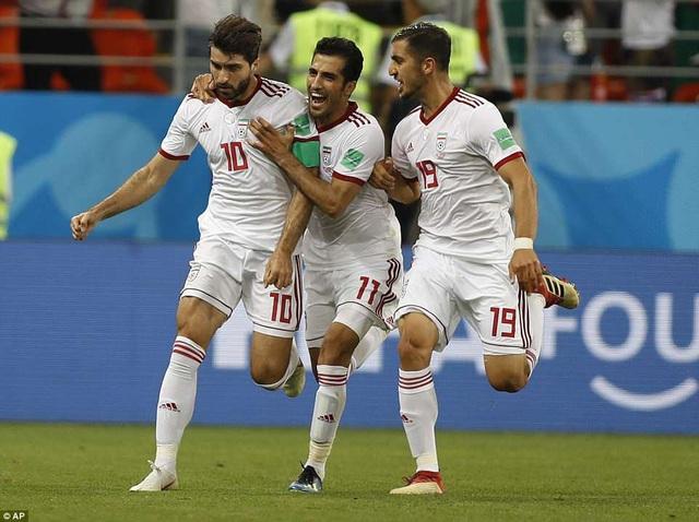 Ansarifard gỡ hòa 1-1 cho Iran ở phút 90+3...