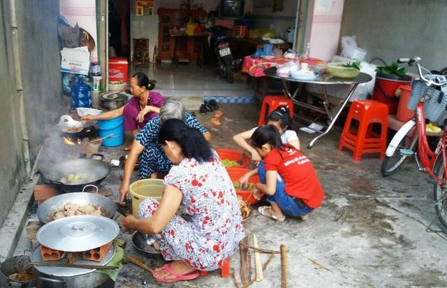 Biết chương trình hỗ trợ thí sinh của cô giáo Minh Tâm, nhiều người dân ở xóm đến phụ cô Tâm nổi lửa nấu cơm