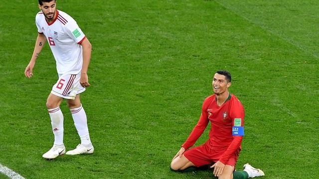 CR& (phải) thi đấu trong trận đấu với Iran