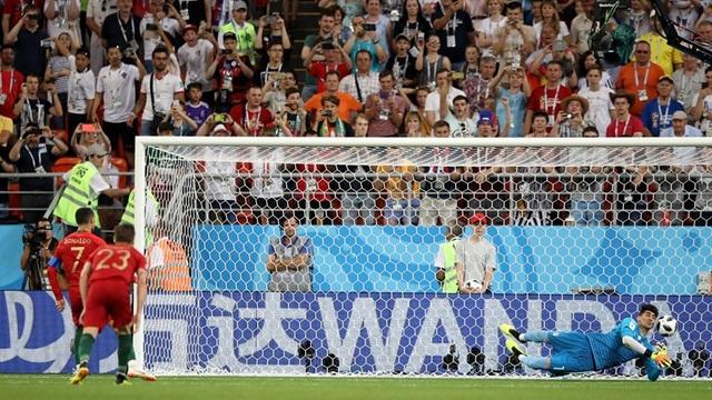 Ronaldo đá hỏng quả phạt 11m