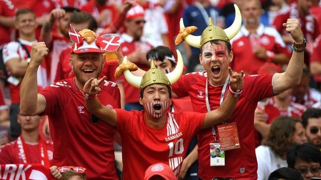 Những chiếc mũ sừng bò theo cổ động viên Đan Mạch tới sân