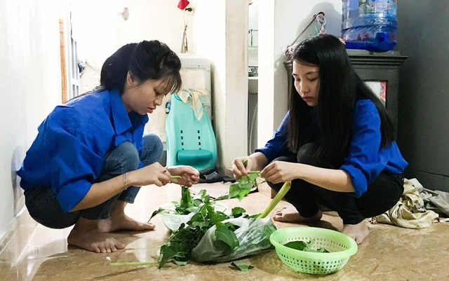 Các tình nguyện viên chuẩn bị từng món ăn cho các sĩ tử, phụ huynh.
