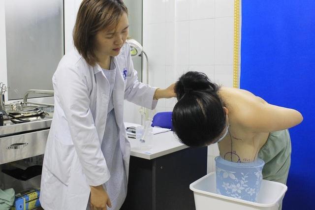 Bệnh nhân có ngực khủng lớn gấp 5 - 6 lần so với bình thường.