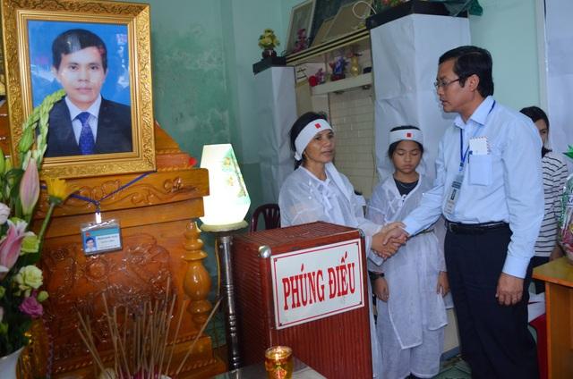 Thứ trưởng Bộ GD&ĐT Nguyễn Văn Phúc chia buồn cùng gia đình thầy giáo Tuấn