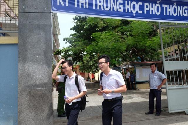 Các thí sinh vừa hoàn tất buổi thi tổ hợp môn Khoa học tự nhiên tại Đà Nẵng sáng nay 26/6. (Ảnh: Khánh Hiền)