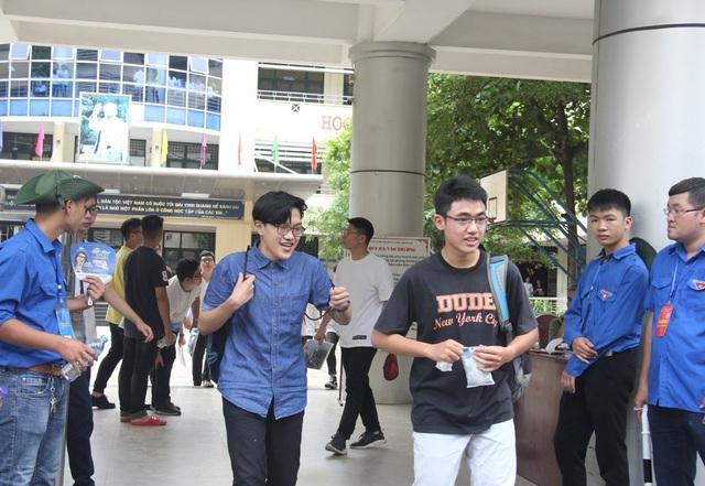 Thí sinh Hà Nội rời phòng thi môn tiếng Anh với tâm trạng thoải mái. (Ảnh: Lệ Thu)