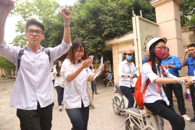 Nhiều thí sinh Hà Nội vui vẻ vì đề Ngoại ngữ dễ thở. (Ảnh: Mai Châm)