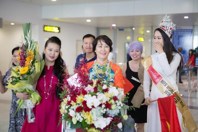 Một ngày sau trở thành Tân Hoa hậu Phụ nữ Toàn thế giới 2018, Dương Thuỳ Linh đã có buổi làm việc với ban tổ chức cuộc thi, sau đó ra sân bay về nước cùng gia đình.