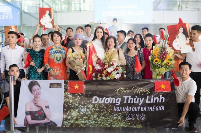 Khi vừa bước xuống sân bay Nội Bài, cô rất ngạc nhiên khi bố đẻ, họ hàng và nhiều người bạn thân đã mang theo rất nhiều băng rôn, hoa chào đón cô trở về.