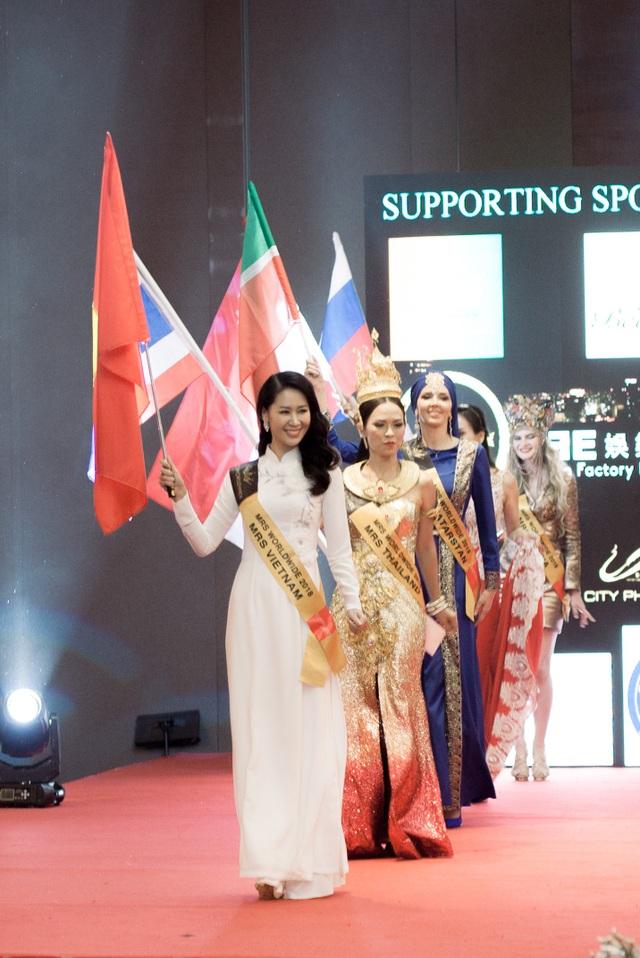 Sau 10 năm không tham gia các cuộc thi nhan sắc, tối 24/6, Dương Thuỳ Linh đã khiến người hâm mộ bất ngờ khi đăng quang Mrs Worldwide 2018 (Hoa hậu Phụ nữ Toàn thế giới 2018) tại Singapore.
