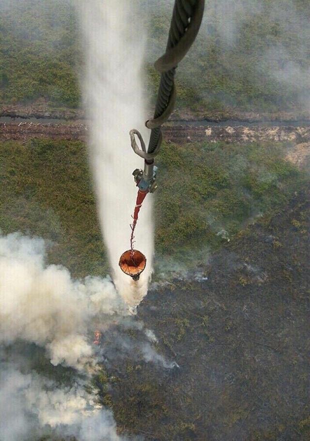 Khi trực thăng vận chuyển nước trên không, độ rung lắc, quán tính, gió... gây rất nhiều khó khăn cho việc tiếp cận điểm cháy.