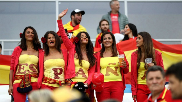 Cổ động viên Tây Ban Nha tới cổ vũ cho đội nhà thi đấu với Ma rốc