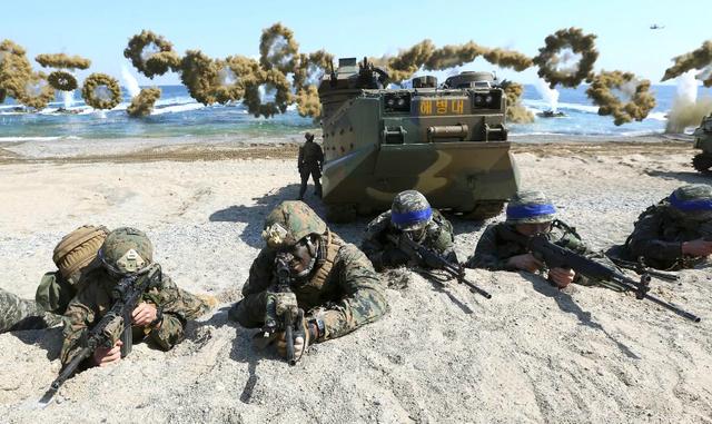 Quân đội Mỹ và Hàn Quốc tập trận chung tại bờ biển Pohang, Hàn Quốc năm 2016 (Ảnh: AP)