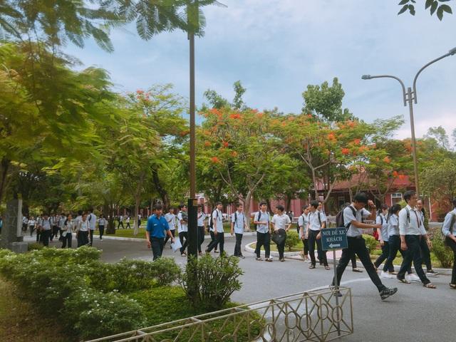 Các thí sinh tại điểm thi THPT Hai Bà Trưng (TP Huế) kết thúc 3 môn tổ hợp sáng 26/6 (ảnh: Ngọc Quý)