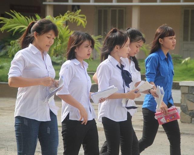 Thí sinh tại Bình Định thở phào sau môn thi Ngoại ngữ (ảnh Doãn Công).
